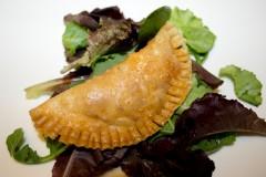 Empanadilla clásica de atún, cebolla, tomate, pimiento y huevo duro