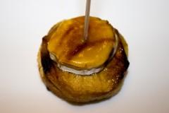 Foie, manzana caramelizada y queso de cabra con emulsión de naranja